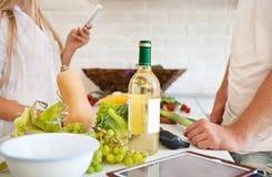 Junges Paarausschnittgemüse an der Küche Stockfoto