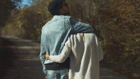 Junges Paargehen und -Händchenhalten stock footage