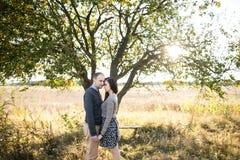 Junges Paarhändchenhalten bei Herbstsonnenuntergang Lizenzfreie Stockfotos