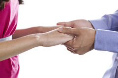 Junges Paarhändchenhalten auf weißem Hintergrund Lizenzfreie Stockbilder