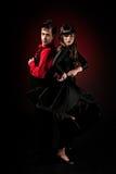 Junges Paarneigungs-Flamencotanzen auf roter Leuchte Stockfoto
