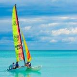 Junges Paarsegeln an einem kubanischen Strand lizenzfreie stockfotografie