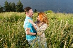 Junges Paartanzen auf dem Gebiet vor Regen zwei Leute und glückliches Paar in der Liebe lizenzfreie stockfotografie