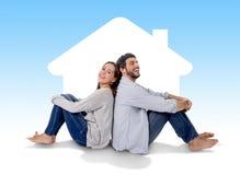 Junges Paarträumen und -darstellung ihr neues Haus im Konzept des wirklichen Zustandes stockbild