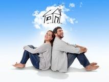 Junges Paarträumen und -darstellung ihr neues Haus im wirklichen Zustand stockfotos