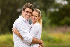 Junges Paarumarmen Lizenzfreies Stockbild
