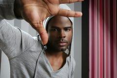 Junges Pochen des schwarzen Mannes des Afroamerikaners Stockfotos