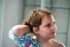 Junges Porträt des kleinen Mädchens, das heraus Fenster schaut Lizenzfreie Stockbilder
