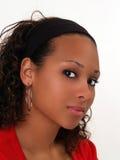 Junges Portrait der schwarzen Frau in der roten Strickjacke Stockbilder