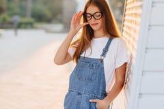 Junges positives attraktives hübsches Mädchen in den stilvollen Gläsern am Morgen lizenzfreies stockfoto