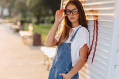 Junges positives attraktives hübsches Mädchen in den stilvollen Gläsern am Morgen stockfoto