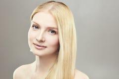 Junges positives Mädchen blond Stockbild