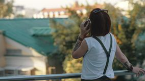 Junges redhaired Frauenreitfahrrad in der Stadt Frau mit Handy stockbild