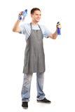 Junges Reinigungsmittel, das Zubehör einer Reinigung anhält Stockbilder