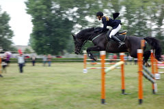 Junges Reitershowspringen Lizenzfreie Stockfotos