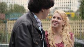 Junges reizendes Paartanzen draußen im Sommer Romantische Datierung oder lovestory stock video