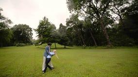 Junges reizendes Paartanzen in einem Park im Sommer Romantische Datierung oder lovestory stock video