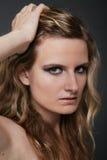 Junges reizvolles blondes Frauenportrait auf Grau trennte Lizenzfreie Stockfotografie