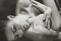 Junges reizvolles Frauenportrait lizenzfreie stockbilder