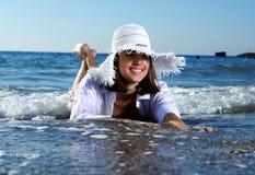 Junges reizvolles Mädchen auf dem Strand Stockbild