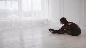 Junges romantisches Mädchen bildet in balette Klasse mit Tageslicht vom großen Fenster aus stock video footage