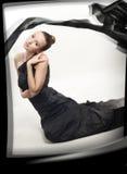 Junges romantisches Mädchen in der schwarzen silk Kleidung Stockbild