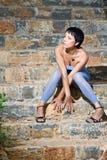 Junges romantisches reizvolles schönes Frauensitzen Lizenzfreies Stockbild