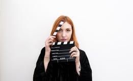 Junges Rothaarigefrauenporträt mit schwarzem Filmscharnierventilbrett stockfotos