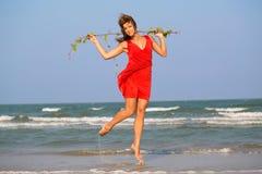 Junges Rothaarigemädchen im roten Kleid Lizenzfreie Stockfotografie