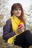 Junges rothaariges Mädchen im Herbst Stockfoto