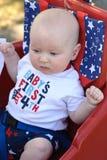 Junges Säuglingsjungenreiten im roten Lastwagen, der Spaß im Park für Juli-Viertel hat Lizenzfreie Stockfotos