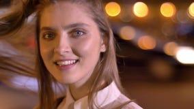 Junges süßes Mädchen-IS-IS, das an der Kamera am Abend im Sommer, ihr Haar berührend, Flirtkonzeption aufpasst stock video