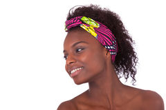 Junges schönes afrikanisches Frauenporträt, lokalisiert über Weißrückseite lizenzfreie stockbilder