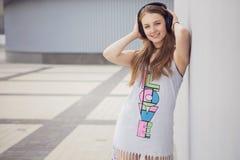 Junges schönes blondes Hippie-Mädchen am Sommertag Spaß habend herein Stockbild