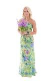 Junges schönes blondes im Kleid mit den Sommerblumen lokalisiert auf w Lizenzfreie Stockfotografie