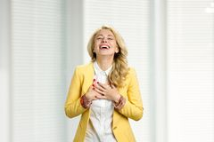 Junges schönes blondes Lachen Lizenzfreies Stockbild