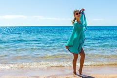 Junges schönes blondes Mädchen in den Gläsern, die Spaß auf dem Strand haben Stockbilder