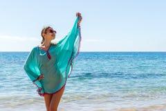 Junges schönes blondes Mädchen in den Gläsern, die Spaß auf dem Strand haben Lizenzfreie Stockfotografie