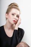 Junges schönes blondes Mädchen des Porträts bilden und Haarbrötchen Lizenzfreie Stockbilder