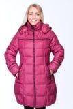 Junges schönes blondes Mädchen in einer rosa Jacke Stockfoto