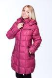 Junges schönes blondes Mädchen in einer rosa Jacke Stockfotos