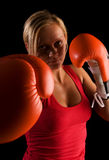 Junges schönes Boxermädchen über schwarzem Hintergrund Stockfoto