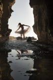 Junges schönes Brautpaartanzen im Felsentorbogen mit Rock Lizenzfreies Stockbild