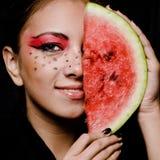 Junges schönes Frauen- und Wassermeloneporträt lizenzfreie stockbilder