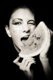 Junges schönes Frauen- und Wassermeloneporträt Lizenzfreie Stockfotos