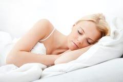 Junges schönes Frauenschlafen Lizenzfreie Stockbilder