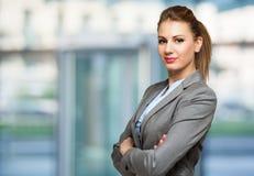 Junges schönes Geschäftsfrauporträt lizenzfreie stockfotos