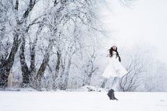 Junges schönes glückliches Mädchen, das in Park geht Vorbildliche tragende stylis lizenzfreies stockfoto