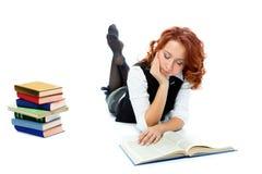 Junges schönes Kursteilnehmermädchen las Buch Lizenzfreie Stockbilder