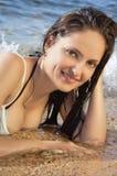 Junges schönes Mädchen auf dem Strand in einem Bikini stockfoto